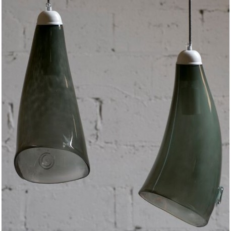 Szklana lampa wisząca w modnej szarości