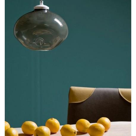 Szklana lampa o ciekawym designie i szarym kolorze.