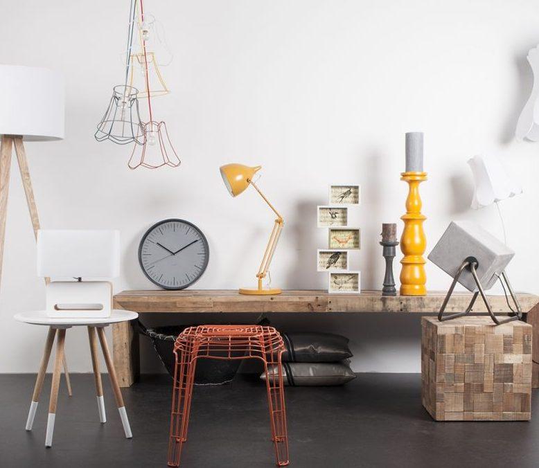 Żólta lampa biurkowa