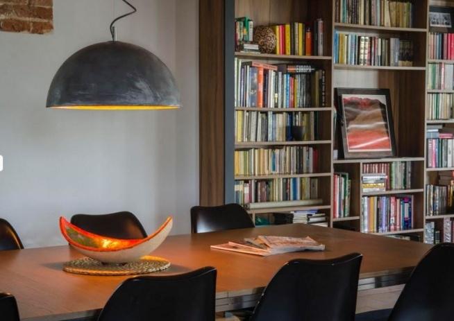 Lampa z betonu w klasycznym wnętrzu.
